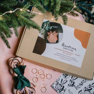 HEEP! DIY-setit nyt verkkokaupassa! Go and get them! 🥰 Ihana tapa muistaa jouluna vaikka DIY-henkistä ystävää. Ja hei, parasta näissä on se, että koko setti on koottu kotimaisten yrittäjien tuotteilla pakkauslaatikoista lankoihin, printteihin ja tarroihin, eli tän kanssa ei voi mennä vikaan millään tapaa vaikka ite sanonkin! 😄  Ps. Huomenna aukeaa Kaarna Knotting -adventtikalenterin eka luukku, pysykäähän linjoilla ystävät! 🤶  #kaarnaknotting