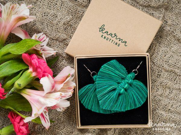 Höyhen-korvis smaragdinvihreä