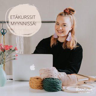 """Syntymäpäivänäni 12.3.2020 Suomessa päästiin kiinni tähän """"uuteen normaaliin"""", jota ollaan nyt eletty vuoden päivät. Mä olin siinä kohti ollut kuukauden täysipäiväinen yrittäjä. Odotin äärettömän isolla innolla tulevaa vuotta ja sitä, että pääsisin vihdoinkin vetämään paljon erilaisia kursseja ja opettamaan ihmisille kaikkea sitä, mitä oon itse oppinut makrameesta ja tekstiilitaiteesta ylipäätään. Odotin niitä tunnelmallisia iltakursseja, kiireettömiä viikonloppukursseja, uusia ihmisiä, naurua, rentoa yhdessäoloa, käsillä tekemisen onnea sekä oppimisen ja oivalluksen iloa.❣️  Eka vuosi täysipäiväisenä yrittäjänä olikin kaikkea muuta kuin mitä kuvittelin siitä tulevan, mutta onneksi oon hyvä muovaantumaan muuttuviin tilanteisiin. Näin jälkeen päin katsottuna koronavuodessa 2020 oli monta hyvääkin puolta: yritykseni palvelutarjooma laajeni verkkoon (se oli ollut alunperinkin suunnitelmissa, mutta nyt se tapahtui nopeammin), opin sietämään epävarmuutta vieläkin paremmin, opin paljon lisää omista rajoistani. Ja tärkeimpänä: sain ihanan uuden työtilan ja pienen yrittäjäystävien yhteisön ympärilleni tänne Hyvinkäälle @kuudesraide. Hetkeäkään en ole katunut sitä, että aloin yksinyrittäjäksi niinkin epävarmalla ja huonolla hetkellä.  Tämänhetkinen koronatilanne salli vieläkään livekursseja, niin mielelläni kuin niitä pitäisinkin ihanassa tilassamme. Siksi pidetyimmät kurssini on muuttaneet verkkoon, ja huhtikuun kurssipaikat on nyt varattavissa! Luovan makrameesolmeilun kurssi on lauantaina 10.4. ja makrameekorviksia solmeillaan keskiviikkona 21.4. Kurssin (hinta 39€ sis. alv. 24%) voit ostaa ilman materiaaleja tai materiaalipaketin kanssa. 🥳Perjantaisten synttäreideni kunniaksi tarjoan vielä tänään ostettuihin materiaalipaketteihin ilmaiset postitukset!🥳  Olen vetänyt alkuvuoden jo useampia etäkursseja niin ryhmille nyt yksityisestikin, ja kaikista niistä saatu palaute on ollut positiivista. Haluan uskoa, että näiden etäkurssien avulla yritykseni selviää vielä tästä korona"""